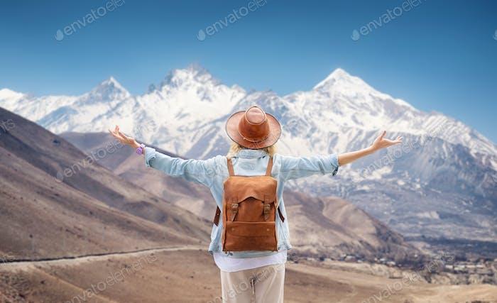 Reise- und Aktiv-Lebenskonzept. Abenteuer und Reisen in der Bergregion.