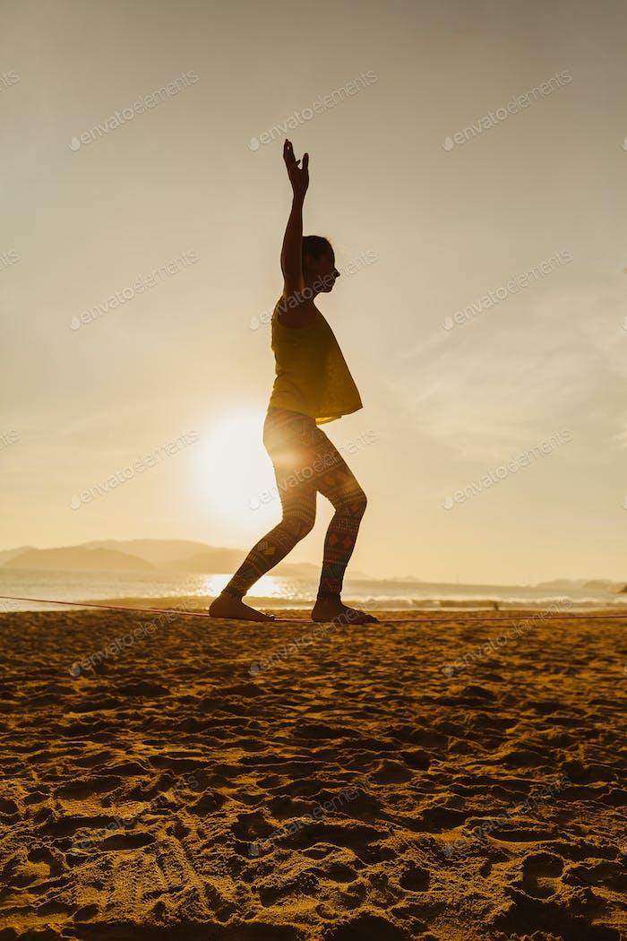 teenager-Mädchen Balancing auf slackline Silhouette