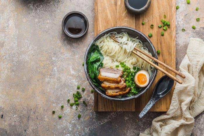 Leckere Ramensuppe mit Schweinefleisch, Ei und Bok Choy, Kopierraum