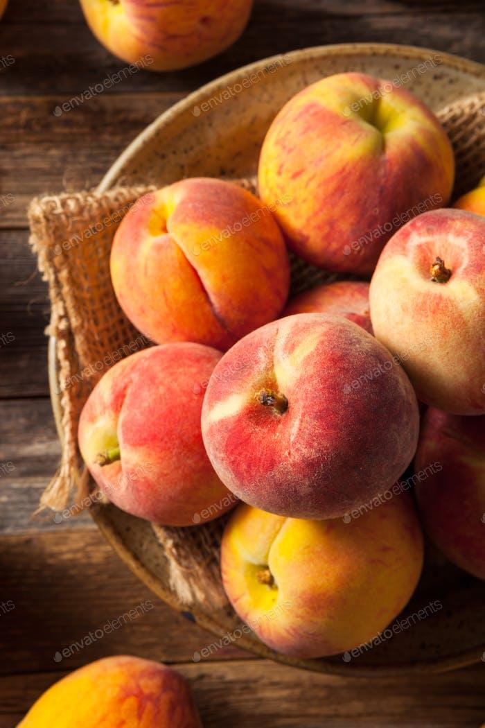 Frische saftige Bio gelbe Pfirsiche