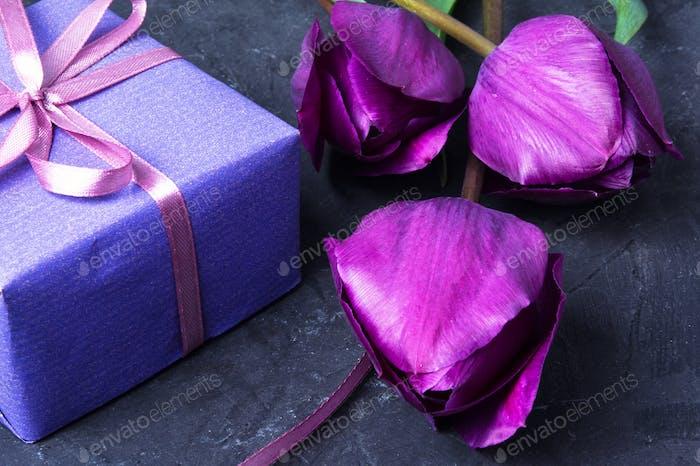 Geschenk und Tulpe
