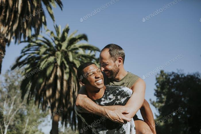 gay paar umarmt in die park
