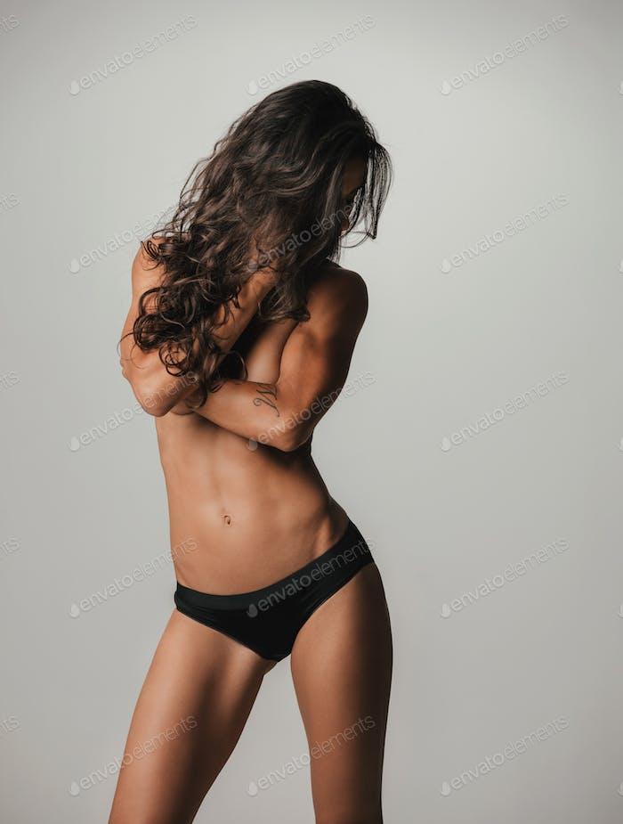 Mujer con el pelo Largo sobre los brazos doblados y el pecho