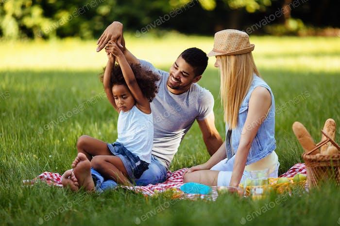 Bild von schönen paar mit ihrer Tochter mit Picknick