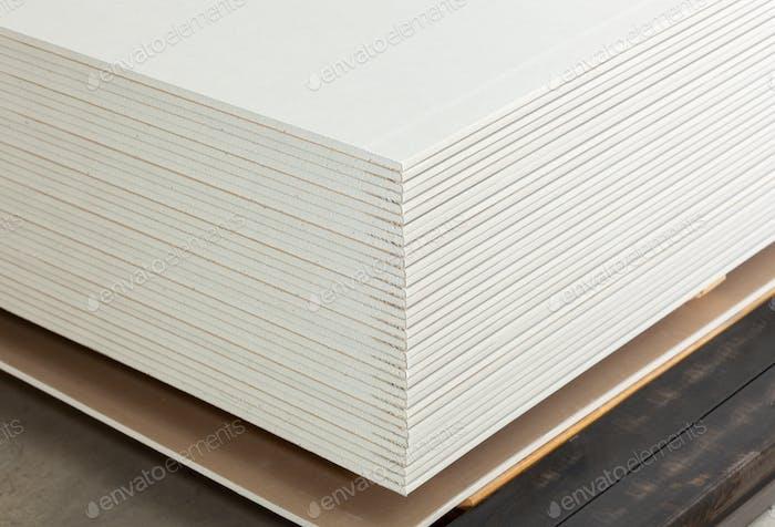 Stapeln von weißen Gipsplatten