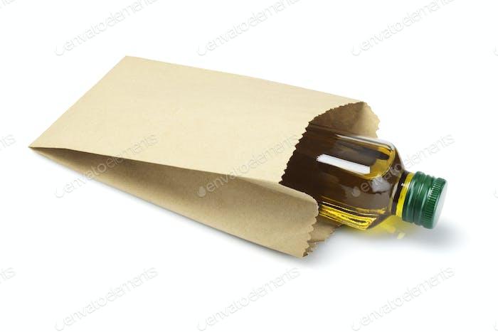 Flasche Olivenöl in Papiertüte