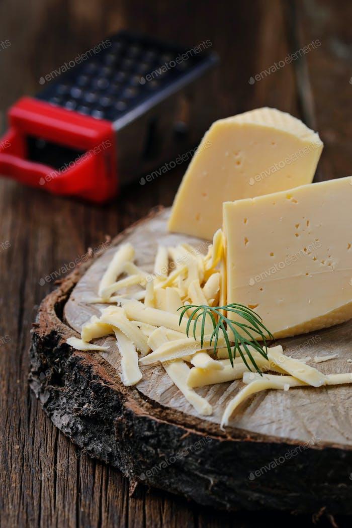 Geriebener Käse auf hölzernem Hintergrund