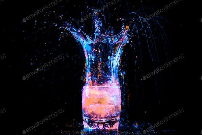 Cocktail im Glas mit Spritzern