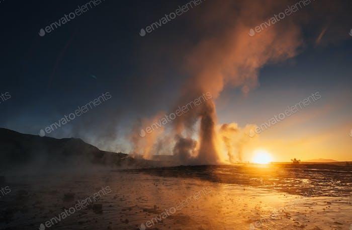 гейзеров в Исландии. Фантастическая колория.Туристы наблюдают за красотой мира