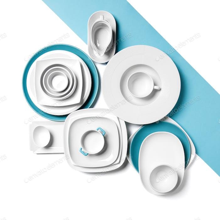 Blancos y azules diferentes utensilios sobre un Fondo blanco.