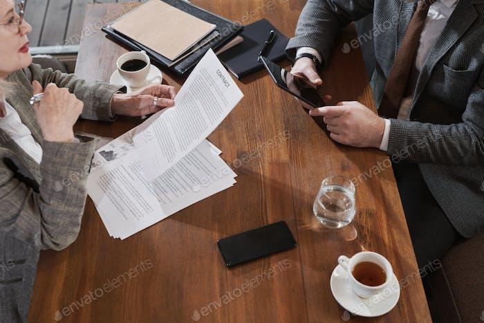 Geschäftsleute lesen Vertrag