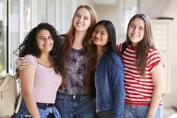 Vertical de sonriente Mujer estudiante universidad Amigos en corredor de edificio
