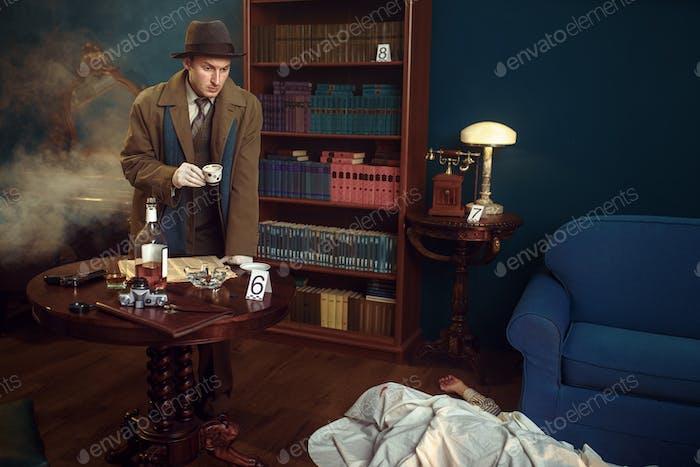 Detektiv mit Kaffeekappe am Tatort