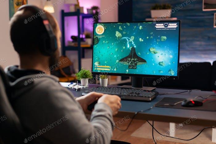 Jugador reproductor con auriculares que realizan videojuegos