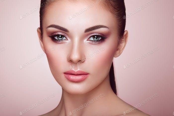 Schöne Frau Gesicht mit perfektem Make-up