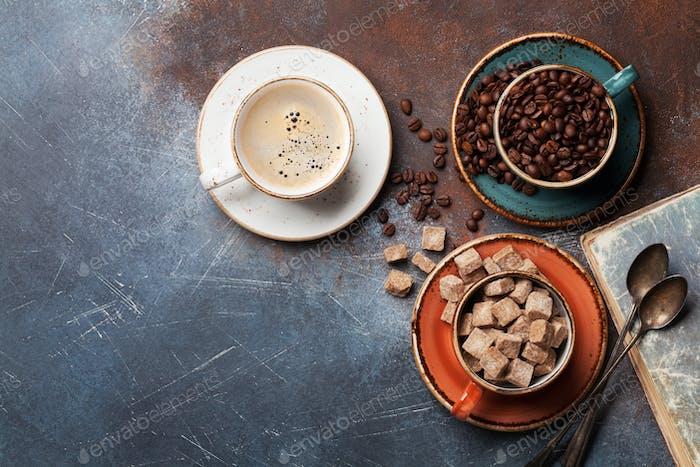 Kaffeetassen, Bohnen und Zucker