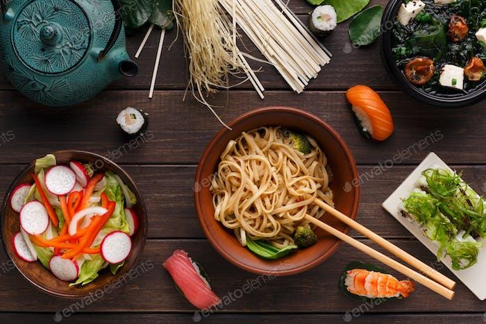 Asiatisches Essen auf Holzhintergrund, Kopierraum