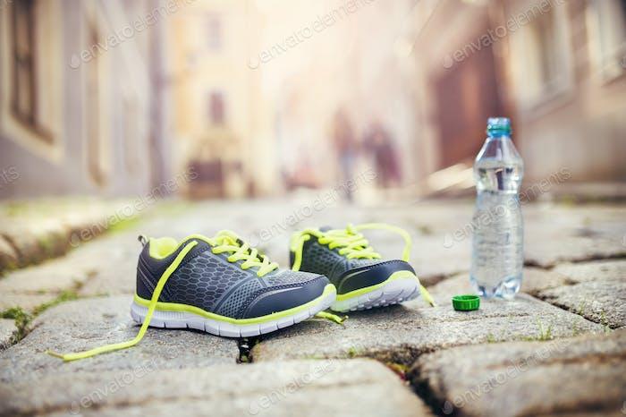 Laufschuhe und Flasche Wasser