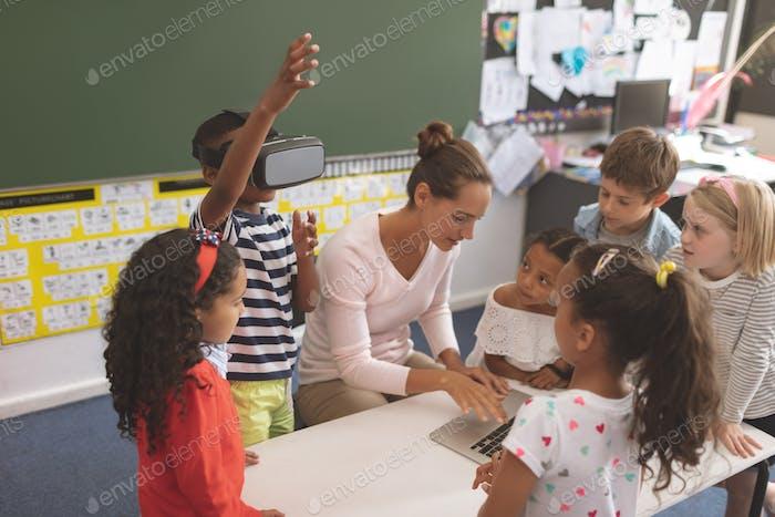 Schuljunge mit Virtual Reality Headset im Klassenzimmer in der Schule