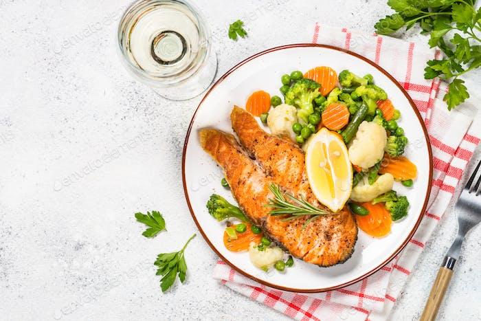 Gegrilltes Lachs-Fischsteak mit Gemüse auf weiß