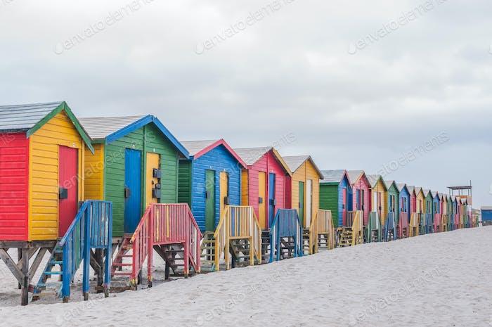 Mehrfarbige Strandhütten am Muizenberg