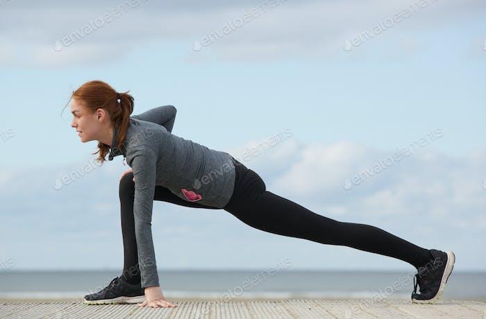 Спортсменка растяжения мышц ног
