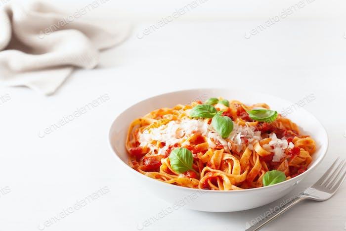 Tagliatelle Pasta mit Tomatensauce Parmesan Basilikum