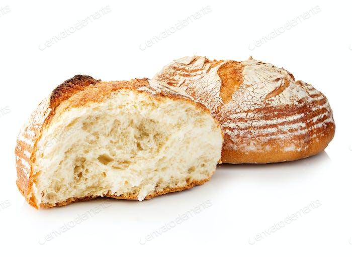Frisches Getreide hausgemachtes Brot halbieren auf weißem Hintergrund.