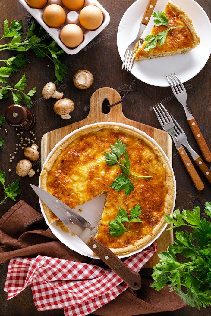 Quiche Lorraine. Hausgemachte herzhafte Torte, Torte mit Hühnerfleisch, gebratenen Pilzen und Käse