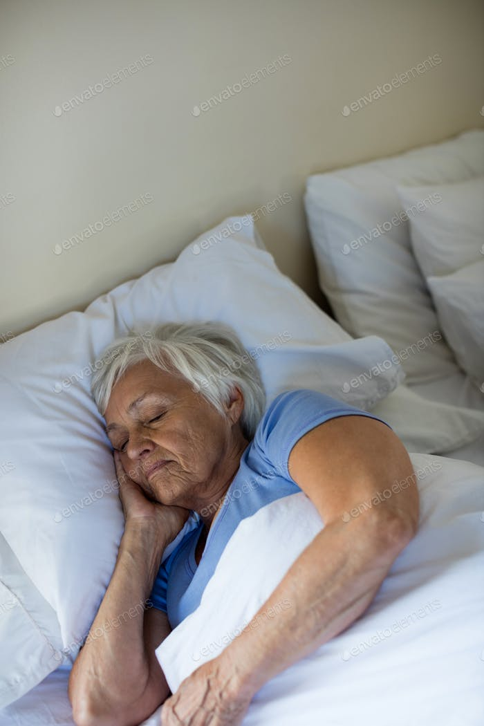 Senior Frau schlafen im Schlafzimmer
