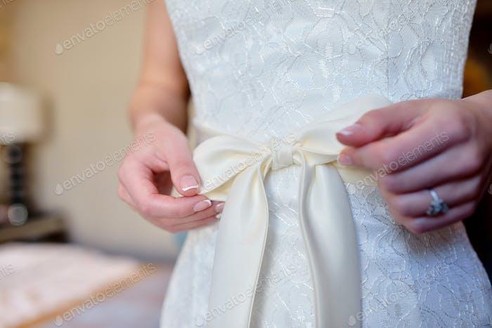 Schönes weißes Hochzeitskleid für die Braut drinnen