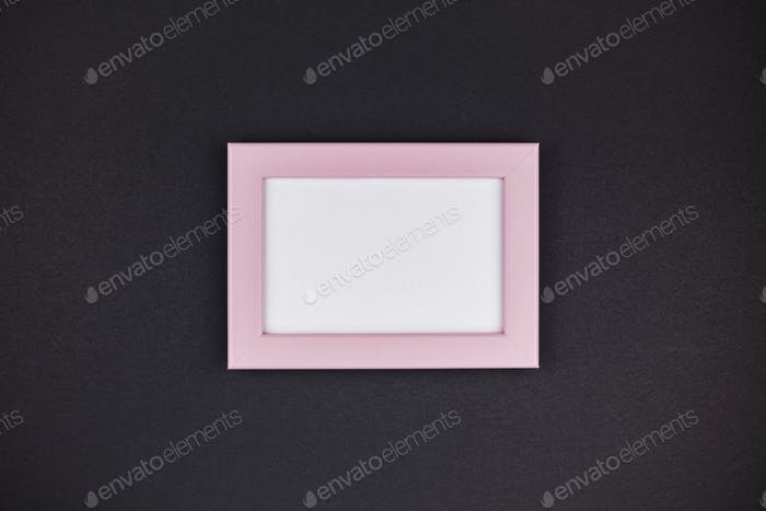 Mock up de un marco rosa milenario