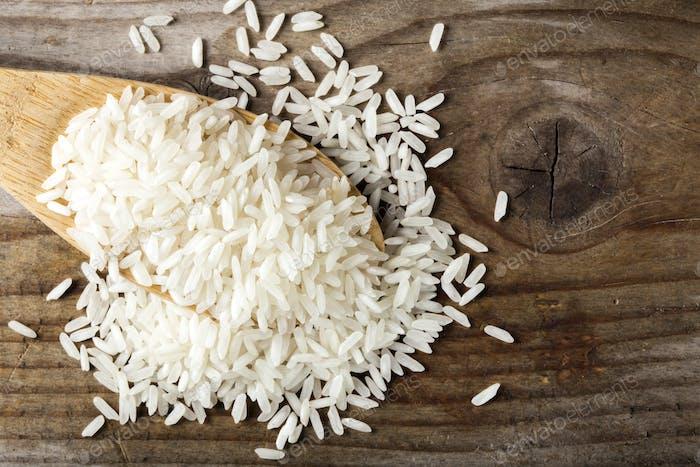 Holzlöffel gefüllt mit Reis