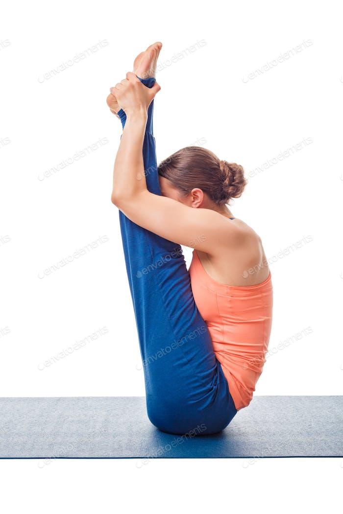 Frau tut Ashtanga Vinyasa Yoga Asana Urdhva mukha paschimottanasana
