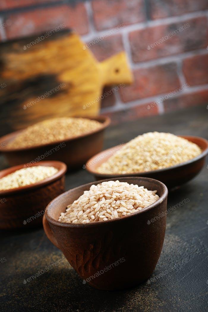Reis in Schüsseln