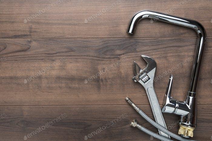 Vista superior Foto de herramientas de fontanería sobre fondo de madera con espacio de copia.