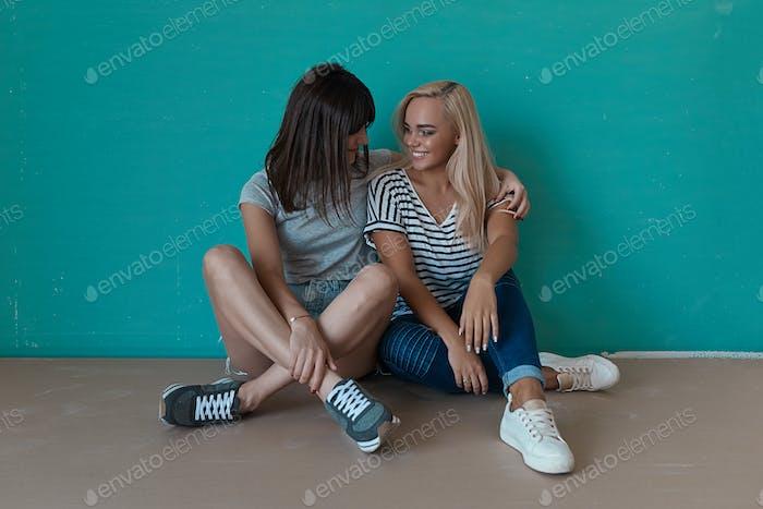 Zwei fröhliche Mädchen suchen einander