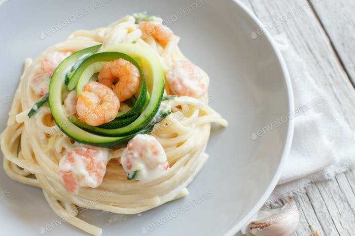 Lunguini with shrimps and zucchini