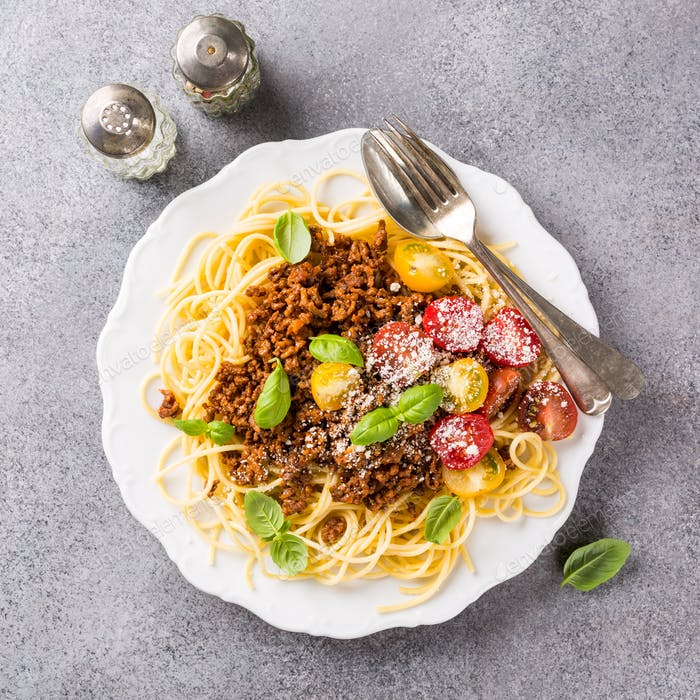 Spaghetti Bolognaise topped with minced beef