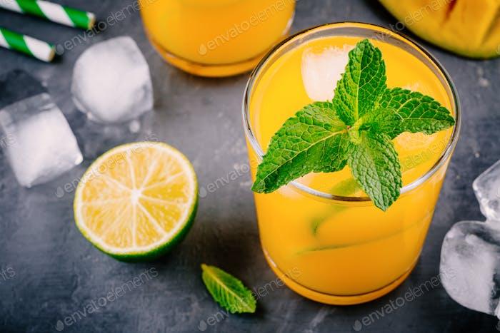 Frischer Sommermangococktail mit Limette und Minze