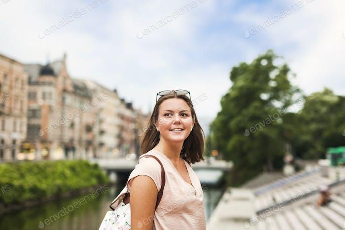 Nahaufnahme der schönen Frau mit Umhängetasche Blick weg in der Stadt