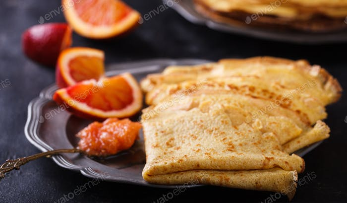 Pfannkuchen mit Marmelade aus roten Orangen
