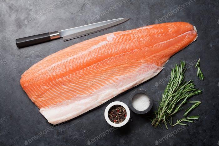 Rohes Lachsfischfilet und Zutaten