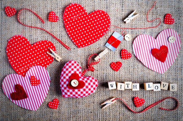 Nähset: Stoffe, Fäden, Stifte, Knöpfe, Klebeband und handgefertigte Herzen auf Sackleinen, Sacktuch