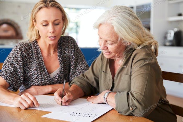 Female Friend Helfen Senior Woman Den letzten Willen Und Testament Zu Hause