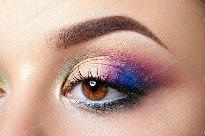 Nahansicht der Frau Auge mit Abend Make-up