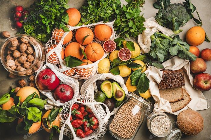 Auswahl an veganen, vegetarischen, ausgewogenen Diätnahrungsmitteln auf grauem Hintergrund