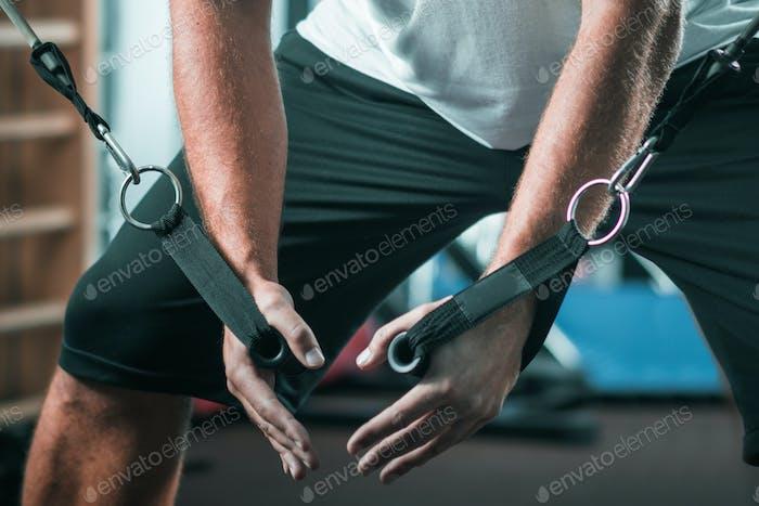 Peronal Trainer mit männlichen Klienten in der Turnhalle