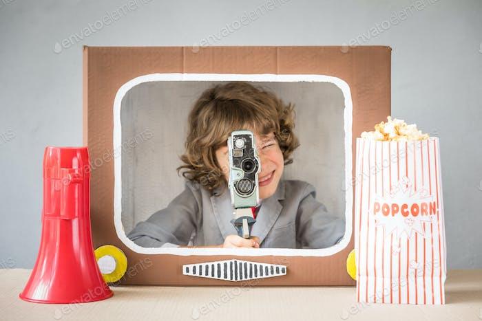 Kind spielt mit Cartoon TV
