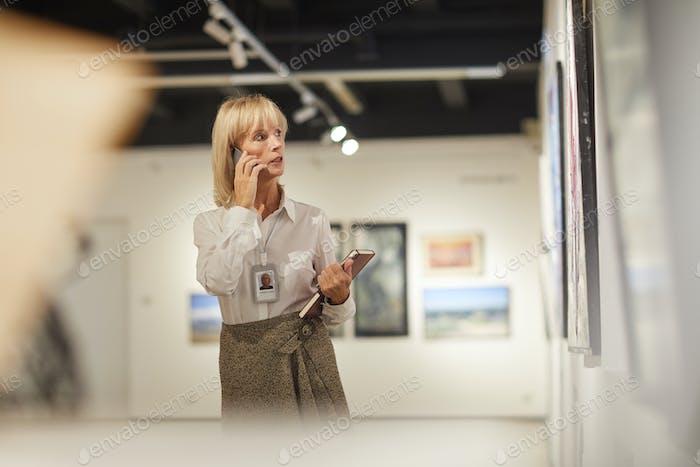 Reife Frau Verwaltung Kunst Galerie
